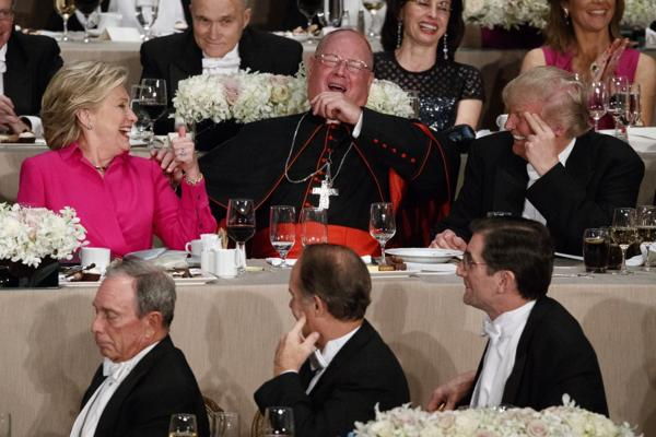 """Donald Trump fue abucheado en una cena de caridad por decir que Hillary Clinton era """"corrupta"""""""