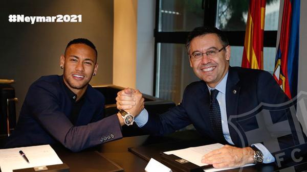 La cuenta oficial de Twitter compartió la imagen después de la firma (@FCBarcelona_es)