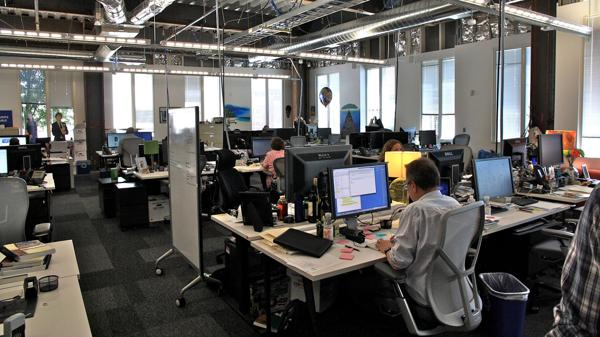 En el primer día de trabajo en Facebook se recibe un email que desafía a resolver problemas de software de la empresa.