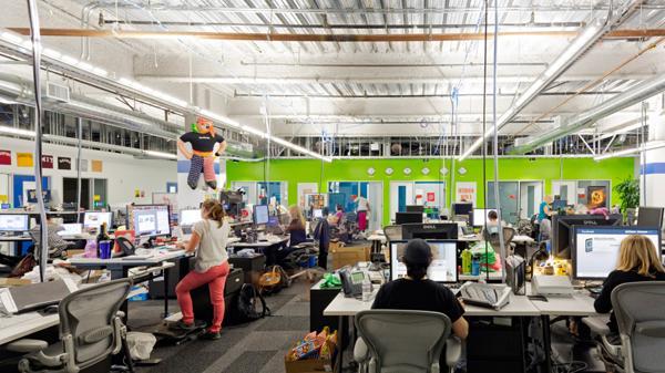 En el cuartel central de Facebook en Silicon Valley, todos pueden observar a Zuckerberg en su oficina cuando van rumbo al comedor.