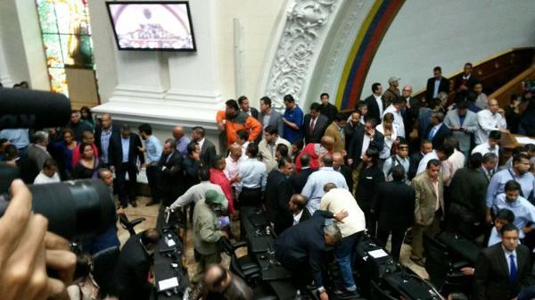 Parlamentarios oficialistas debieron contener a los manifestantes (@HildaRubi)