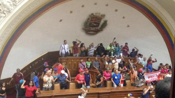 Así irrumpieron simpatizantes chavistas en la Asamblea Nacional (@HildaRubi)
