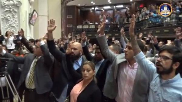 La oposición votó a favor del acuerdo para recuperar el orden constitucional