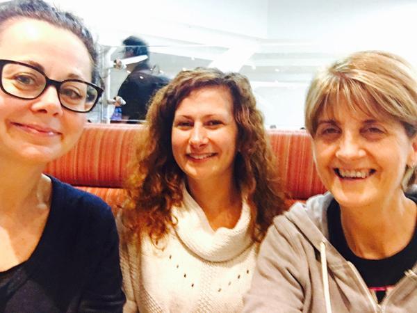 Geraldine Hughes subió una fotografía junto a otras dos pasajeras en el aeropuerto de Shannon