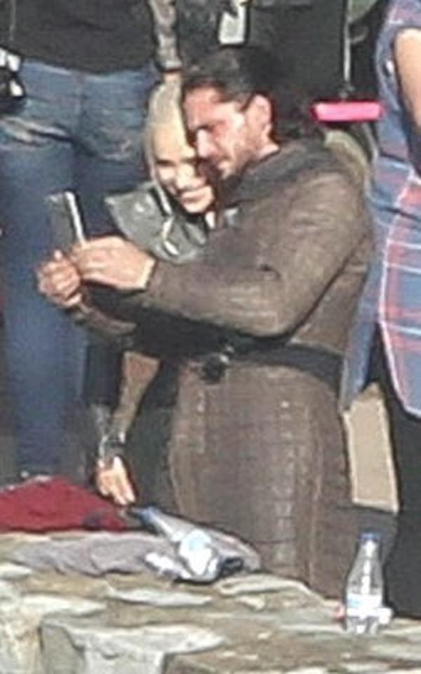 Harrington intenta mostrarle algo a Clarke en su celular (Imgur/jdtargstark)