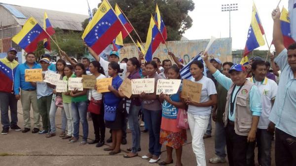 La gente también exigió medidas para enfrentar la profunda crisis que vive el país