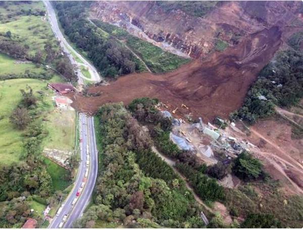 El deslizamiento cubrió unos 200 metros de longitud y bloqueó la carretera entre Bogotá y Medellín (@PoliciaMedellin)