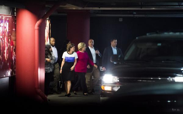 La candidata demócrata Hillary Clinton saliendo de la American Airlines Arena, tras el concierto de Adele en Miami, Florida (AFP)