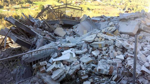 Un edificio cayó derrumbado en L'Aquila, al centro del país (AP)
