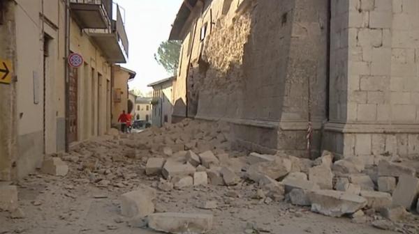 Escombros en una calle de Norcia (AP)