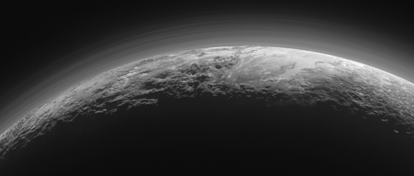 Una de las primeras imágenes de Plutón enviadas por el New Horizon, de hace un año, muestra sus montañas y el halo a su alrededor (NASA)