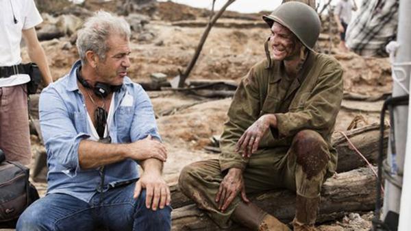 Mel Gibson y el actor Andrew Garfield, durante el rodaje de su nueva película Hacksaw Ridge