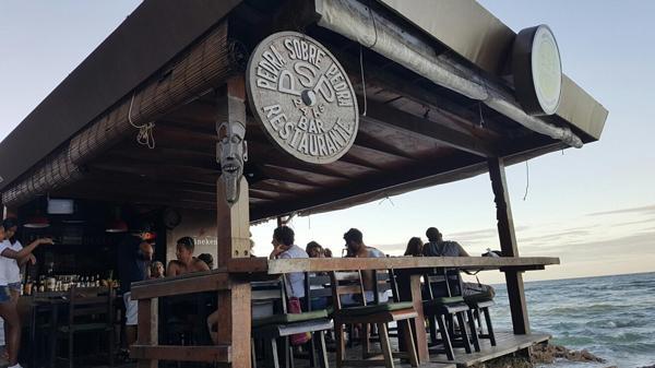 El restaurante está sobre la playa y es uno de los más conocidos del lugar