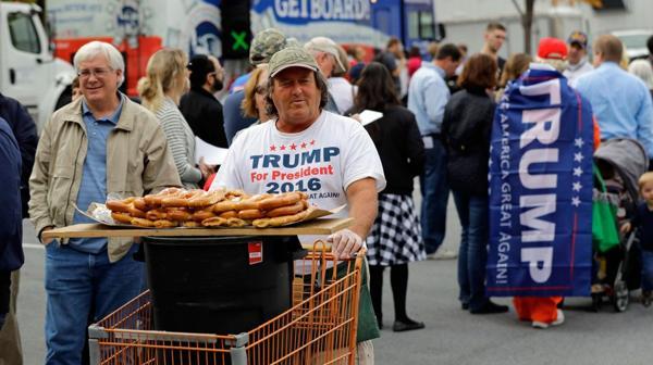 Un grupo de seguidores de Trump en Pensilvania (AP)