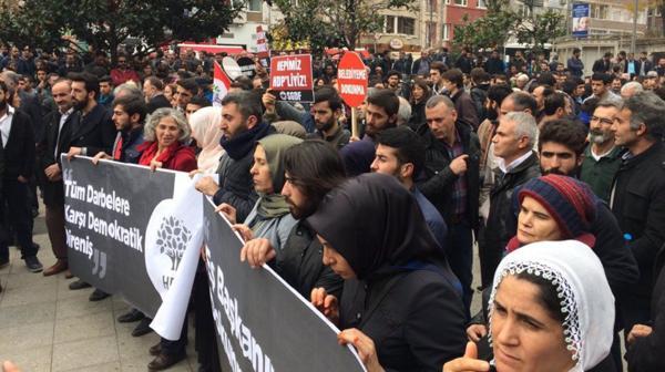 Las fuerzas turcas utilizaron gas lacrimógeno y carros lanza-agua contra la multitud (@Herekol_Kurd)