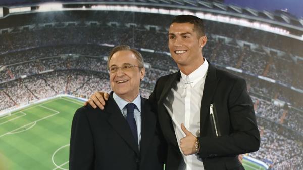 El portugués Cristiano Ronaldo junto a Florentino Pérez, presidente del Real Madrid (AFP)