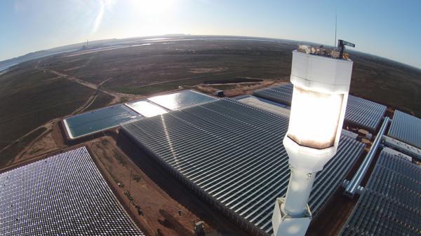 Port Augusta, Australia. La torre de 115 metros concentra la energía del sol en la punta. (Sundrop)