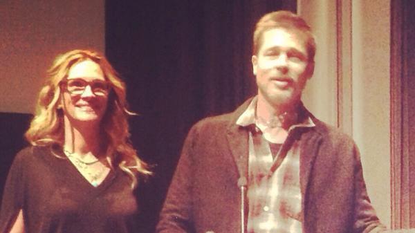 """Brad Pitt fue retratado con Julia Roberts en la proyección de """"Moonlight"""" en Los Ángeles"""