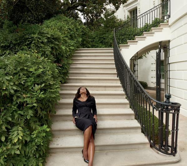 El cinturón ancho y entallado permite resaltar la asombrosa figura estilizada con la que Michelle deja la Casa Blanca.