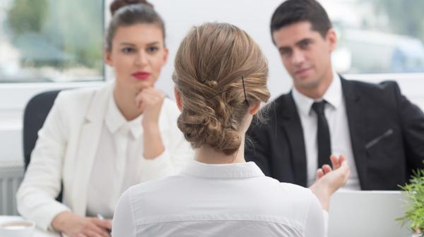 Hay algunas preguntas que, si la respuesta no es ensayada con antelación, podría llegar a sabotear una entrevista laboral (IStock)