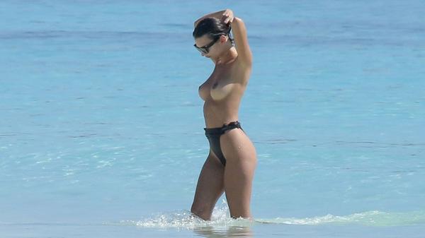 El topless de Emily Ratajkowski (Grosby Group)