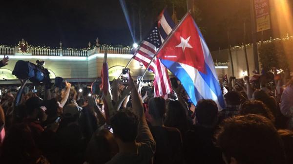 Los exiliados cubanos festejan en las calles de Miami la muerte de Fidel Castro