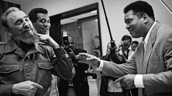 Fidel Castro pidiéndole a Muhammad Alí que le golpee la barbilla en 1996