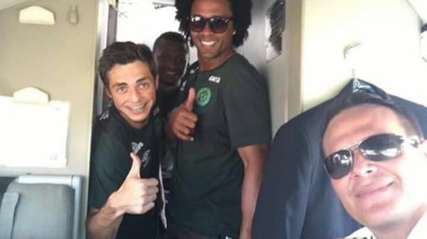 Dos de los jugadores del Chapecoense se fotografiaron junto al piloto del avión