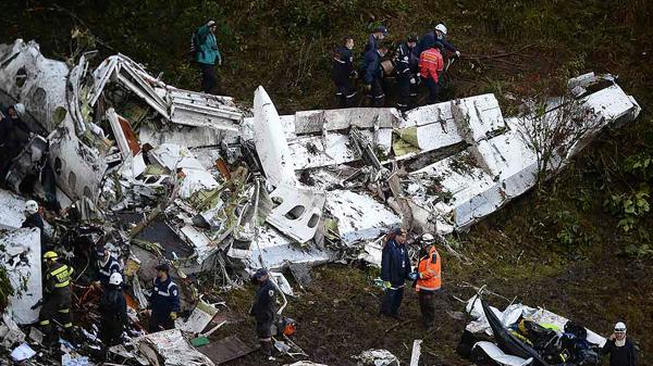 Un momento de las tareas de rescate tras la tragedia del avión que trasladaba a la delegación del Chapecoense hacia Medellín para disputar la primera final internacional de su historia(AFP)