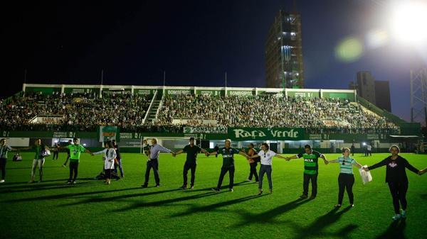 Cientos de seguidores se reunieron en el estadio del Chapecoense tras la tragedia