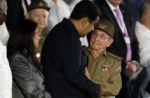 El presidente venezolano Nicolás Maduro junto con su par cubano Raúl Castro durante el homenaje en La Habana este martes (AP)
