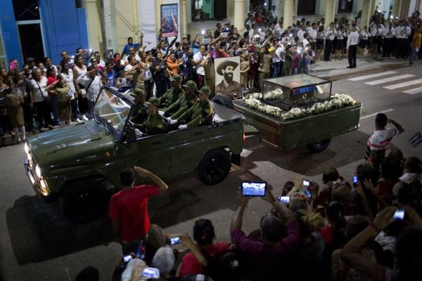 La cenizas de Fidel Castro mientras pasan porBayamo este viernes (AP Photo)