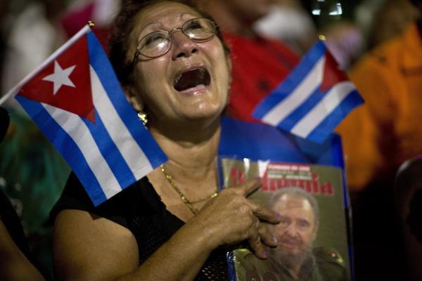Una mujer con el retrato de Fidel Castro llora durante el paso de las cenzias en Bayamo. (AP Photo/Rodrigo Abd)