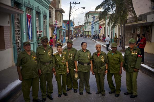 Hombres que fueron parte del grupo de rebeldes liderado por Fidel Castro posan para un retrato durante el paso de las cenizas del líder cubano enBayamo (AP)