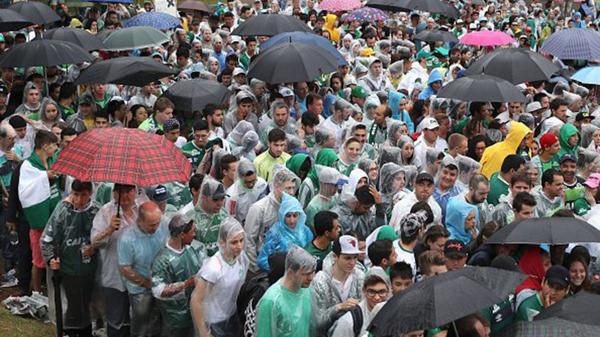 Miles de personas llegaron temprano al estadio para homenajear a sus héroes