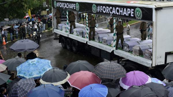Los cuerpos llegaron en camiones al estadio (AFP)