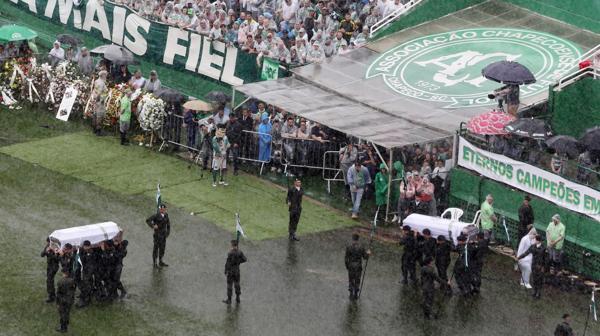 Chapecó recibe los cuerpos de sus futbolistas muertos en un accidente aéreo de Medellín (Reuters)