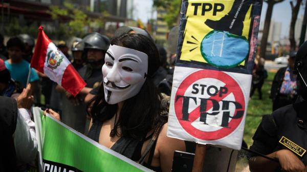 Una protesta contra el TPP en Perú, durante la última cumbre del Foro de Cooperación Económica Asia-Pacífico (AP)