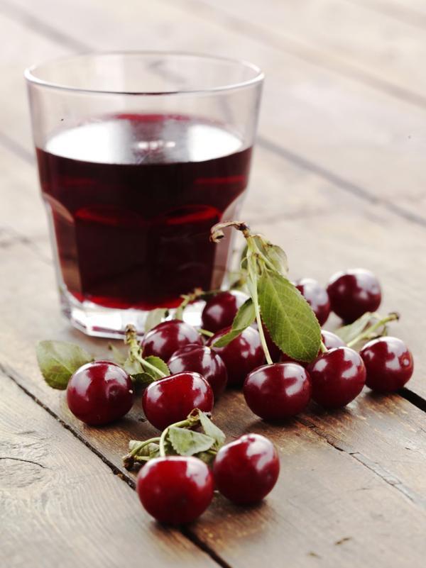 Se recomienda ingerir un vaso de jugo de cereza tibio antes de dormir para conciliar mejor el sueño (iStock)