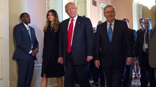 Mitch McConnell junto a Donald Trump (AP)