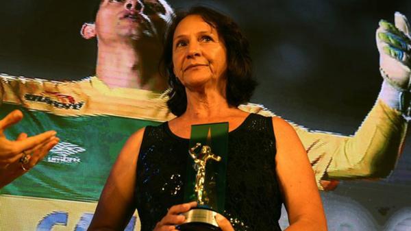La madre de Danilo recibió el trofeo Craque da galera