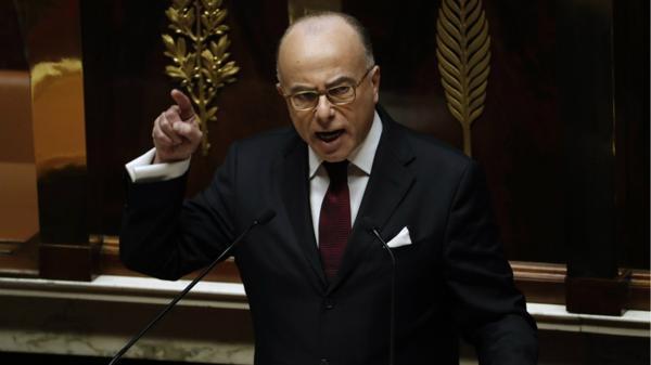 El primer ministro Bernard Cazeneuve, quien como ministro del interior coordinó la llegada del estado de emrtencia en 2015, habla frente a la Asamblea Nacional (AFP)