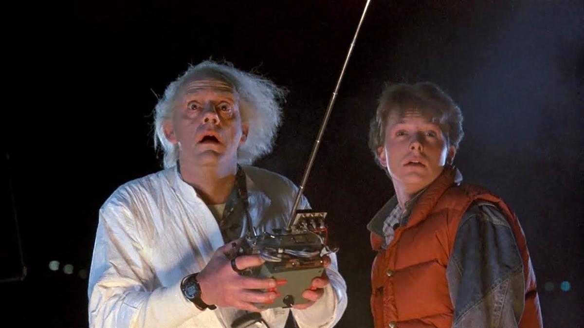 El doctor Brown y Marty McFly, durante una de las escenas de 'Volver al futuro'