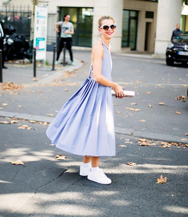 También pueden lucirse las zapatillas blancas con vestidos, ideal para dar le un toque sporty chic