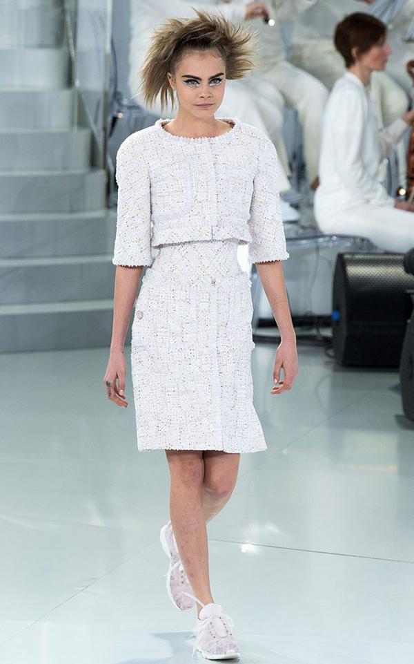 Cara Delevigne desfiló con un conjunto de dos piezas en tweed y zapatillas blancas
