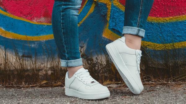 Las zapatillas blancas de cuero o lona son el último grito fashionista (iStock)