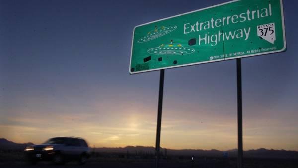 "La ruta 374 fue rebautizada ""La Autopista Extraterrestre"" para fomentar el turismo (AP)"