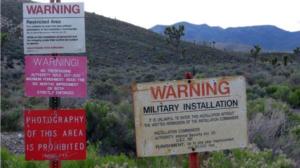 Varios de los clásicos carteles que restrigen el paso y la permannecia en los límites del área 51 (Flickr)