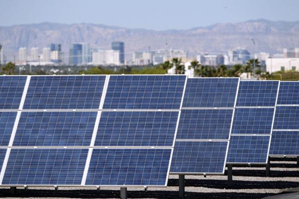 Uma das usinas de energia solar instalados dentro da cidade (AP)