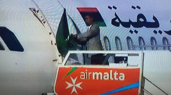 Uno de los terroristas salió del avión mostrando una bandera verde por su supuesta simpatía con Kadhafi